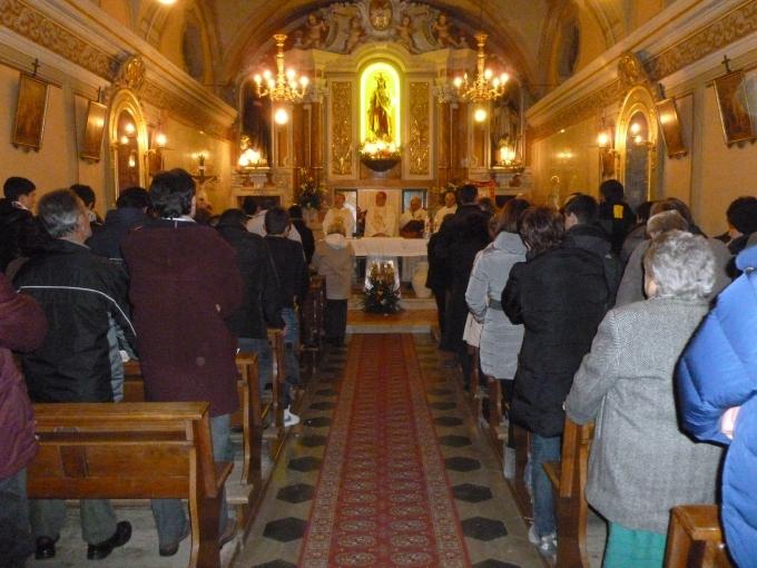 chiesa gremita per la visita del vescovo