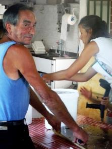 Giuseppe in attesa in cucina