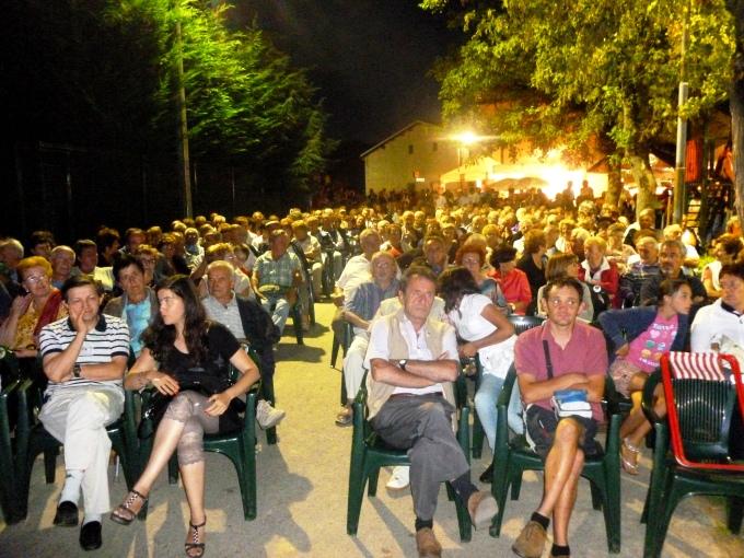 Che folla per la serata musicale!