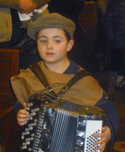 Il piccolo Andrea dimostra coraggio e abilità musicale