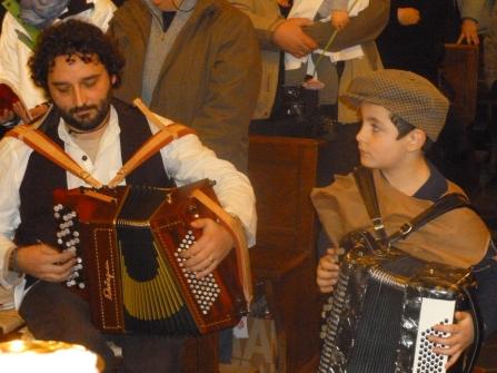 Luca e Andrea suonano la fisarmonica