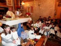 Don Martino con i suoi angeli e pastori