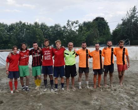 Le squadre della finale insieme all'arbitro Napolitano